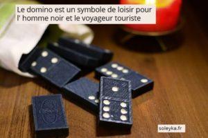 le domino est un symbole de loisir pour homme noir et voyageur touriste
